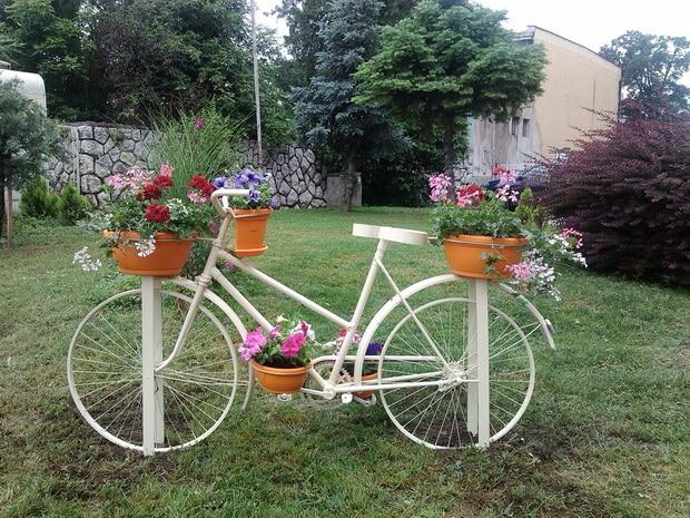 """Цветни бицикл у граду код цвећаре ,,Нарцис"""" у улици Косовска бб."""